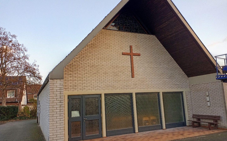 Altes Spurlatten-Kreuz ziert die Trauerhalle in Eickel